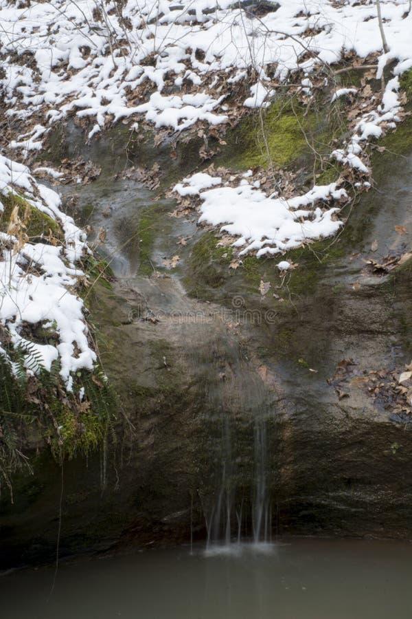 Córrego pequeno na grande rocha fotografia de stock