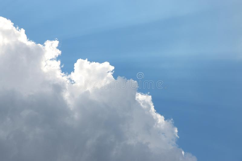 Córregos claros sobre nuvens fotografia de stock
