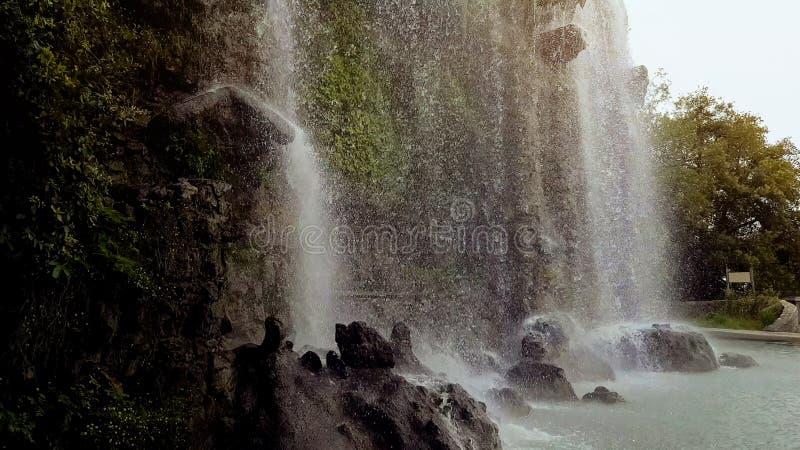 Córregos da água da cachoeira bonita da homem-empregada doméstica do monte do castelo, ambiente, turismo imagem de stock