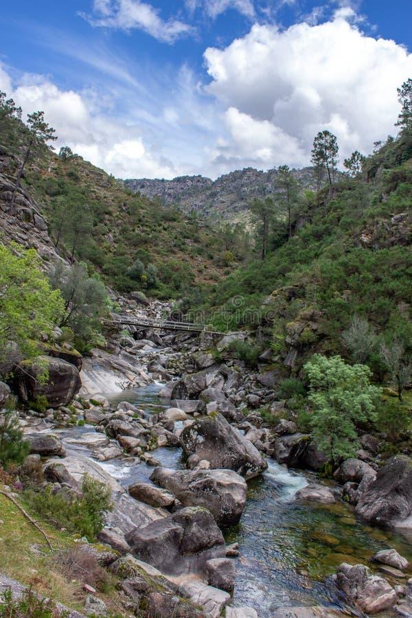 Córregos da água em Geres Portugal imagens de stock