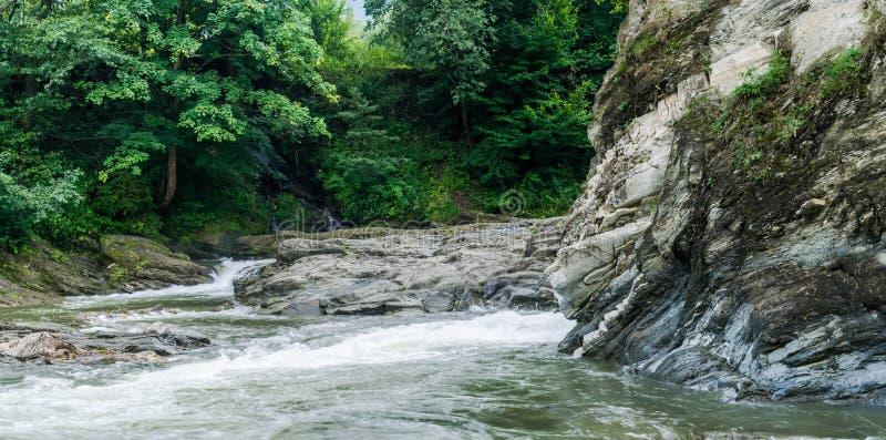 Córregos de um rio da montanha com uma exposição de 1/15 de segundo fotografia de stock