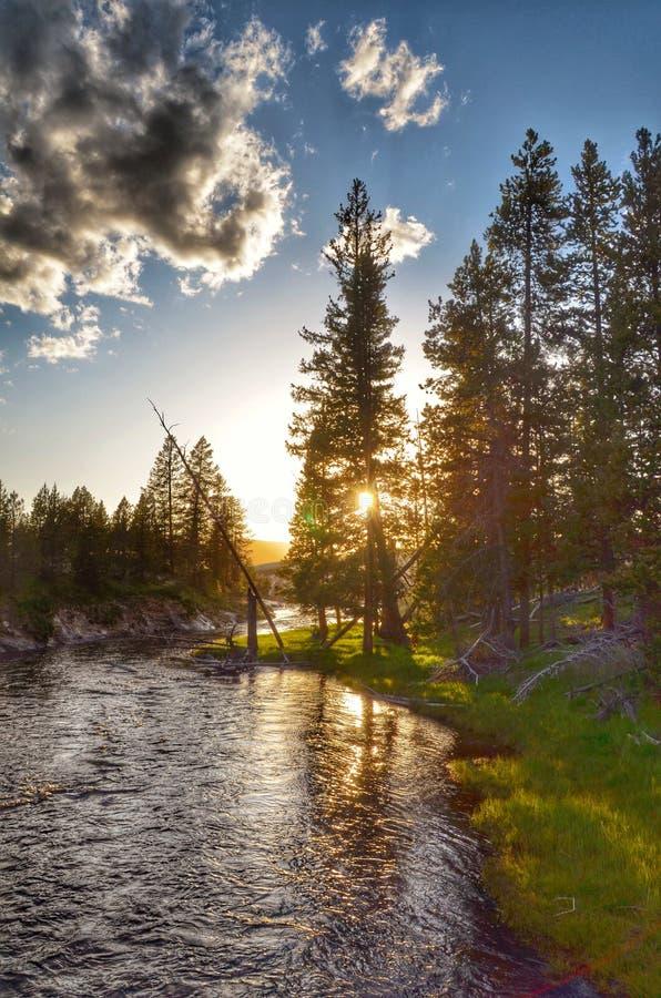 Córregos por um por do sol fotografia de stock