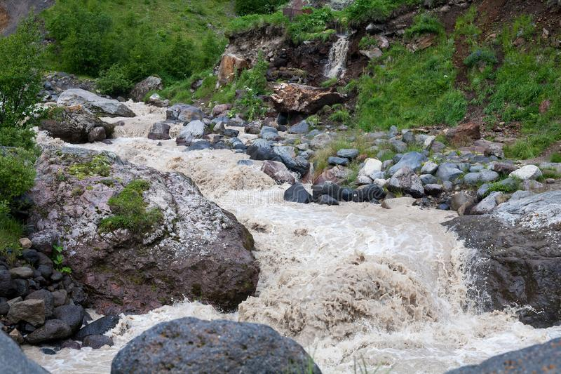 Córregos violentos de um rio da montanha fotos de stock royalty free