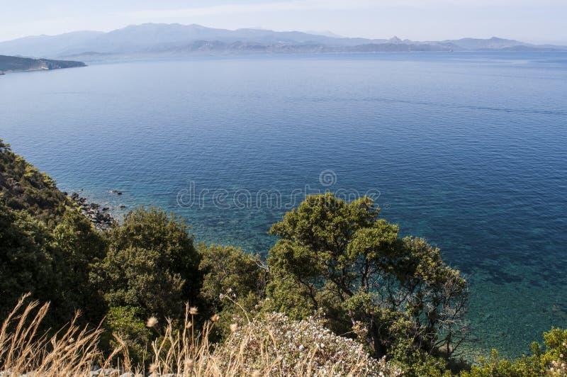 Córsega, Cap Corse, estrada de enrolamento, paisagem selvagem, França, Europa, ilha, verão, praia imagem de stock