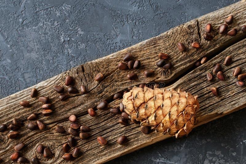 Cône de cèdre avec des écrous sur un fond rustique image stock