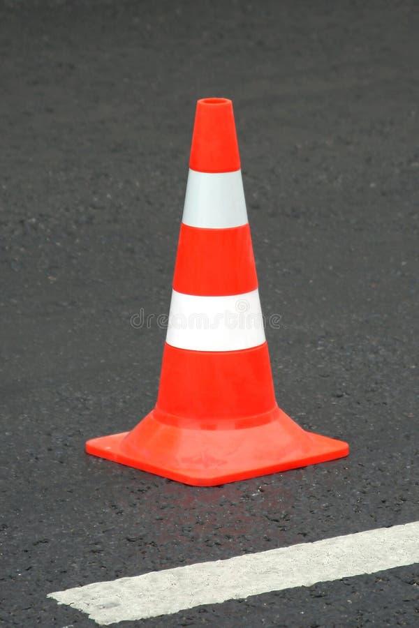 Cône de couleur sur la route image stock