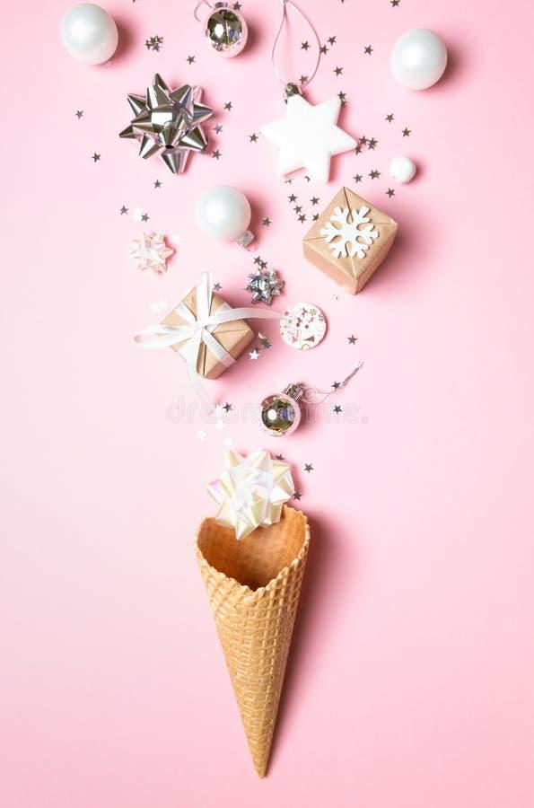 Cône de gaufre avec éléments de noël sur fond rose Concept de vacances images stock