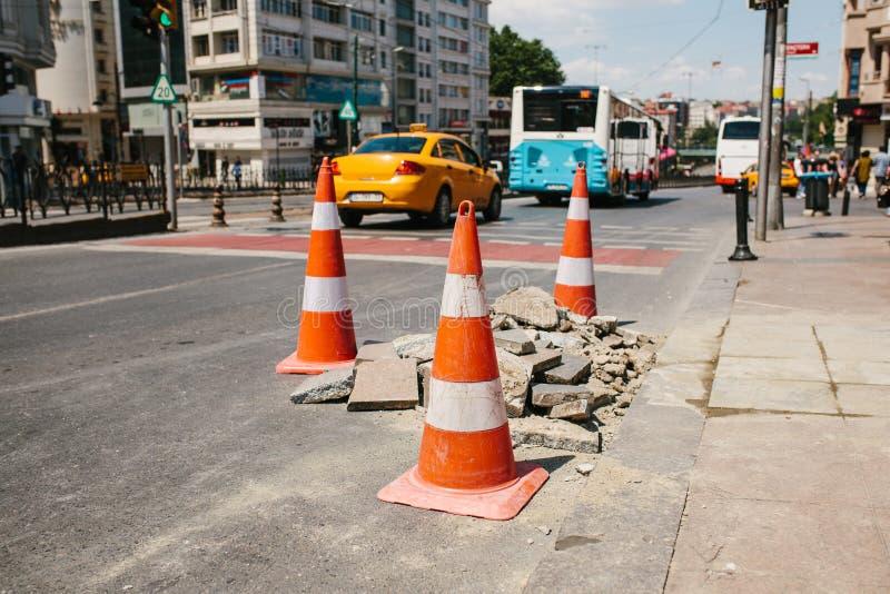 Cône de route sur la route Signe de route Courses sur route sur les rues d'Istanbul en Turquie signe Circulation routière photo libre de droits