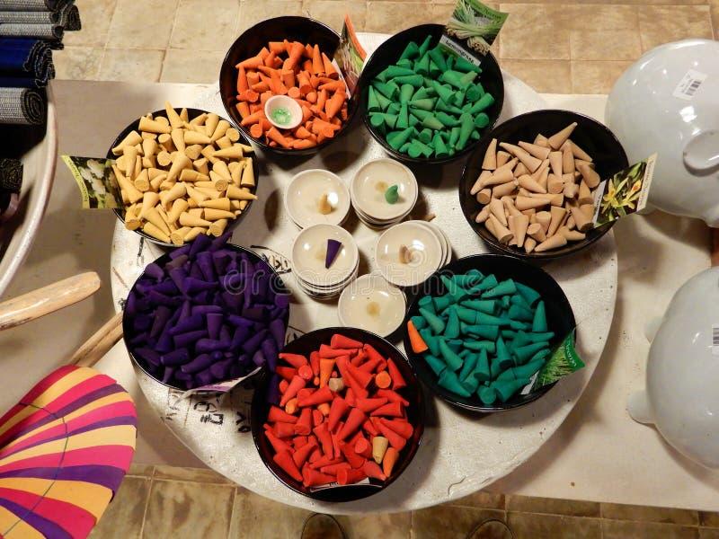 Cônes colorés d'encens photo stock