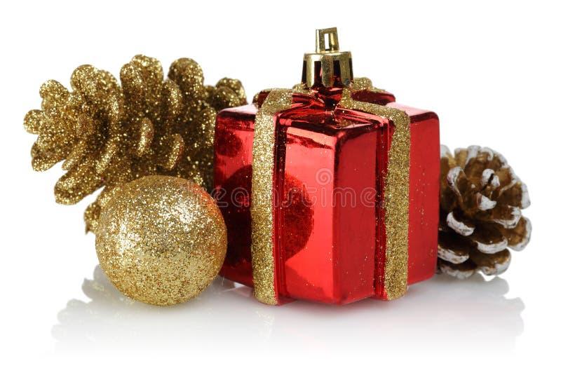 Cônes d'or de sphère et de pin avec le boîte-cadeau Ornements de Noël photo libre de droits