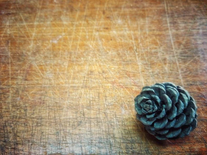 Cônes de pin sur le papier peint de fond de table photos stock