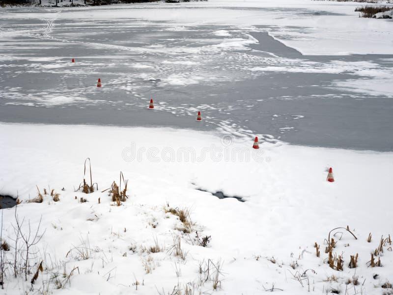 Cônes de sécurité sur la glace photos stock