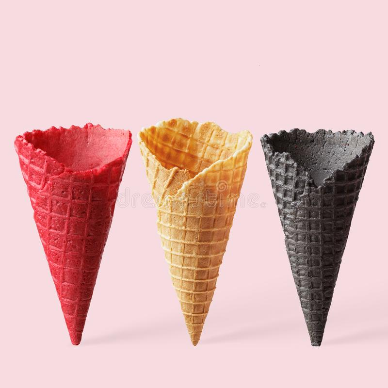 Cônes multicolores pour la crème glacée sur un fond rose images libres de droits