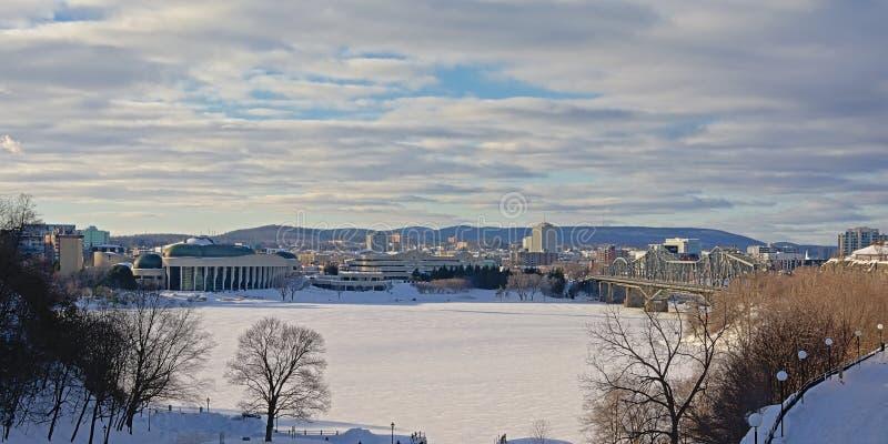 Côté de Gatineau de rirver d'Ottawa en hiver, avec le pont d'Alexandra et le musée d'histoire images stock