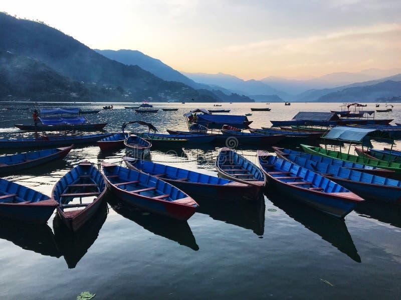 Côté de lac dans le pokhara images stock