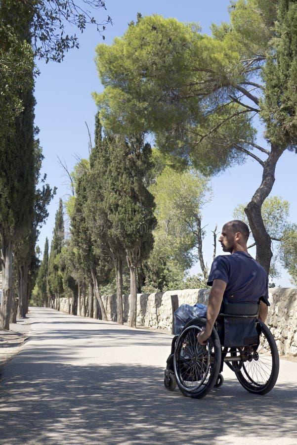 Côté de route de fauteuil roulant photo stock
