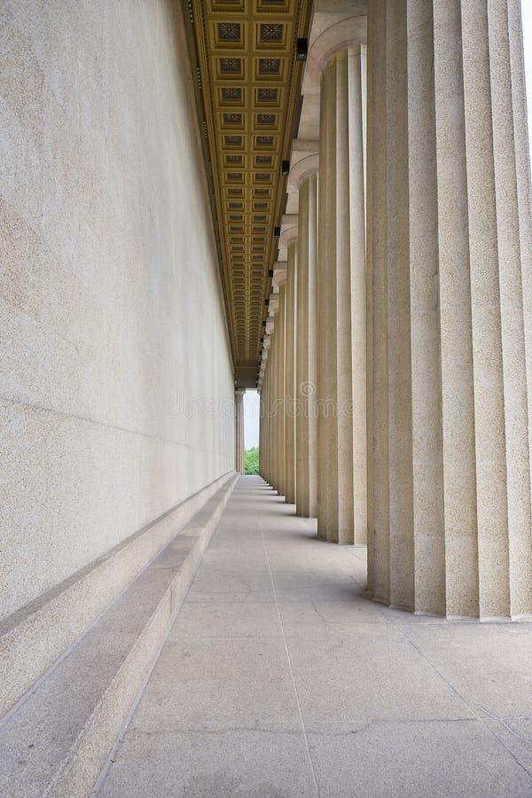 Côté et colonnes de parthenon image stock