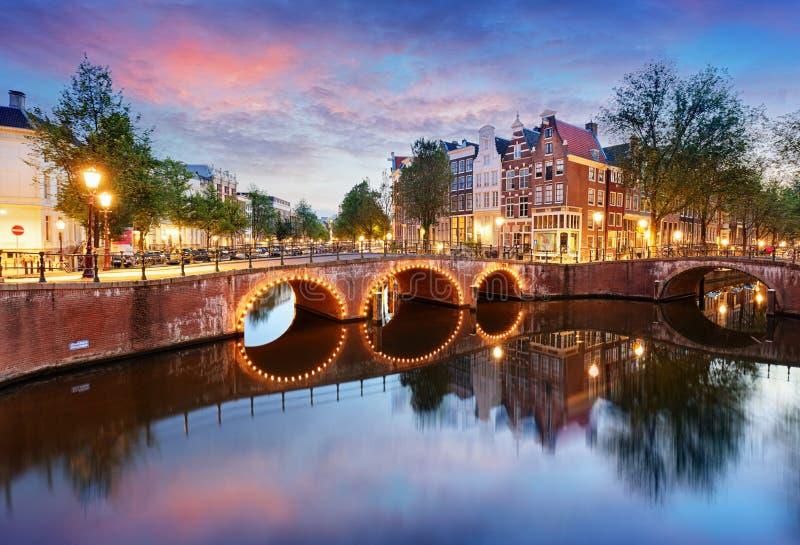 Côté Ouest de canaux d'Amsterdam au crépuscule Natherlands, l'Europe photo libre de droits