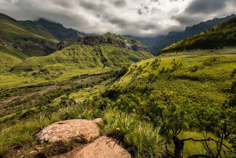 Côtés de montagne et visages de balayage de falaise sur la hausse de Thukela au fond des automnes de Tugela de l'amphithéâtre dan photo stock