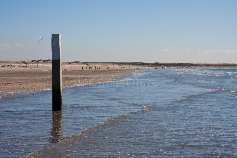 Côte arénacée hollandaise avec le poteau d'amarrage photos libres de droits