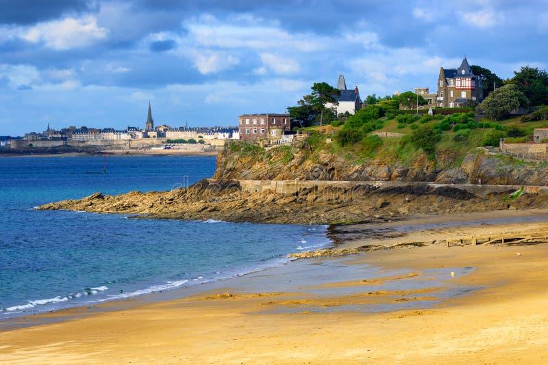 Côte atlantique de la Bretagne avec des villes de St Malo et de Dinard photographie stock libre de droits
