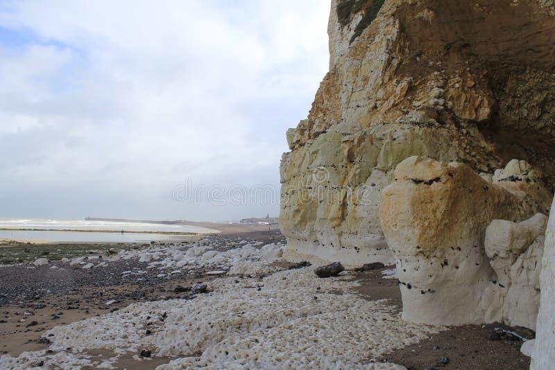 Côte blanche de falaise d'albâtre à un jour orageux en septembre dans le dieppe images libres de droits
