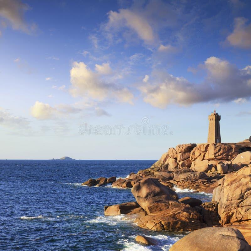 Côte Brittany France de granit de rose de phare de Ploumanach photographie stock libre de droits