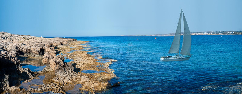 côte Chypre de compartiment près du yacht blanc photographie stock