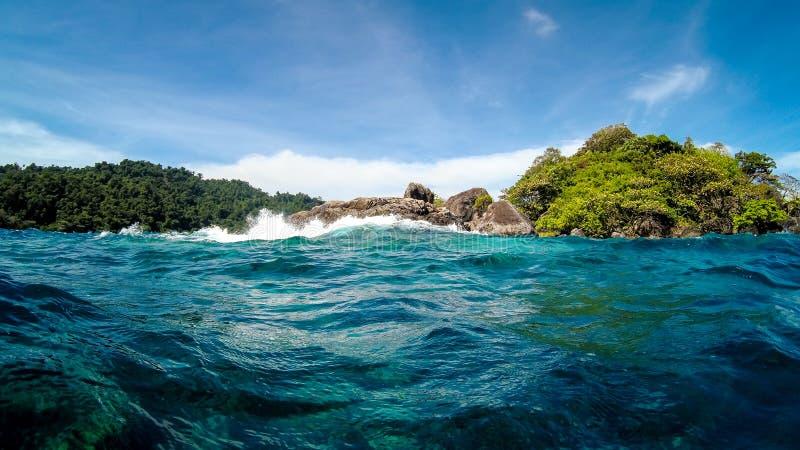 Côte d'une petite île tropicale isolée dans l'océan image stock