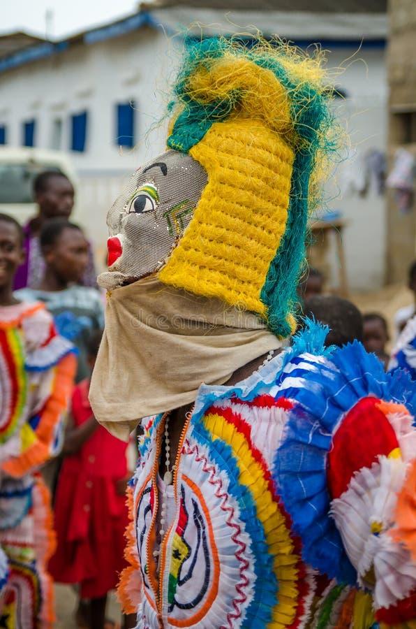 Côte de cap, Ghana - 15 février 2014 : Danseur masqué et costumé coloré pendant des festivités africaines de carnaval photographie stock