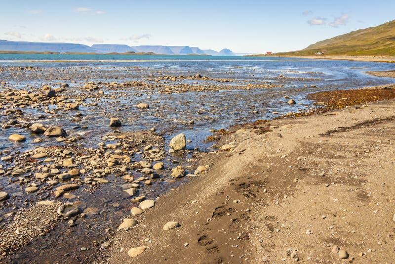 Côte de fjord d'Isafjardardjup - Islande, Westfjords. image stock