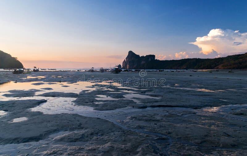 Côte de l'île à marée basse au coucher du soleil photos libres de droits