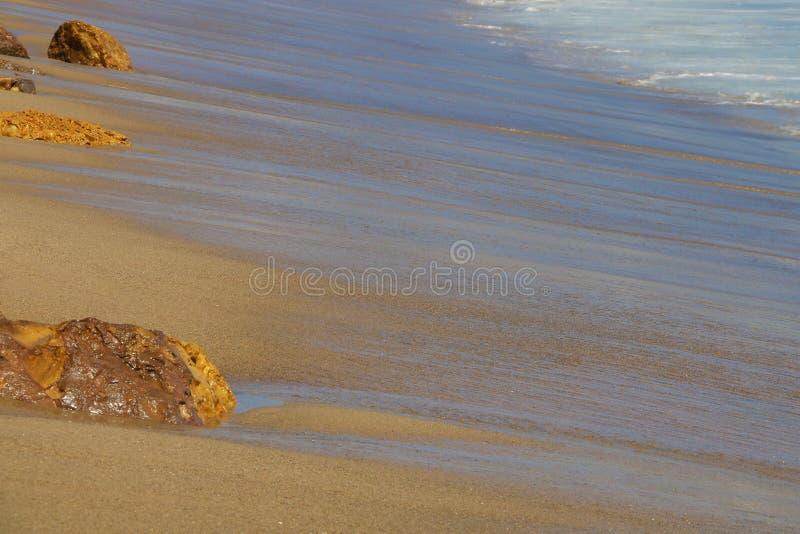 Côte de l'océan pacifique avec des traces des vagues avec des pierres images libres de droits