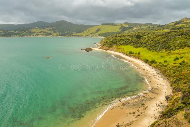 Côte de l'océan pacifique près d'Omapere, Nouvelle-Zélande photographie stock