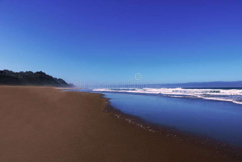 Côte de l'océan pacifique un jour ensoleillé avec un beau ciel photos stock