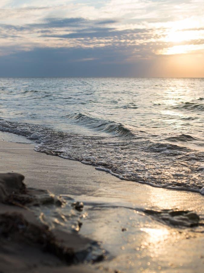 Côte de la mer au coucher du soleil image libre de droits