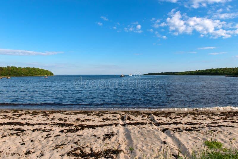 Côte de la mer blanche et des bateaux dans le Golfe sur l'île d'Anzersky, photographie stock libre de droits