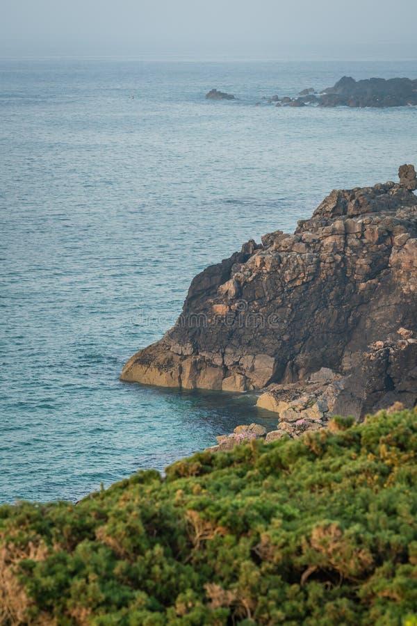 Côte de Rocky Cornish près de St Ives image stock