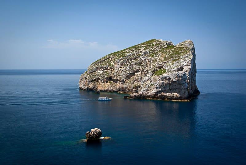 Côte et bateau de la Sardaigne images stock