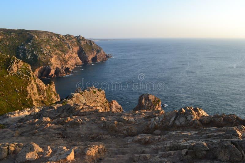 Côte et falaises de l'Océan Atlantique roca du DA Portugal de cabo photo stock