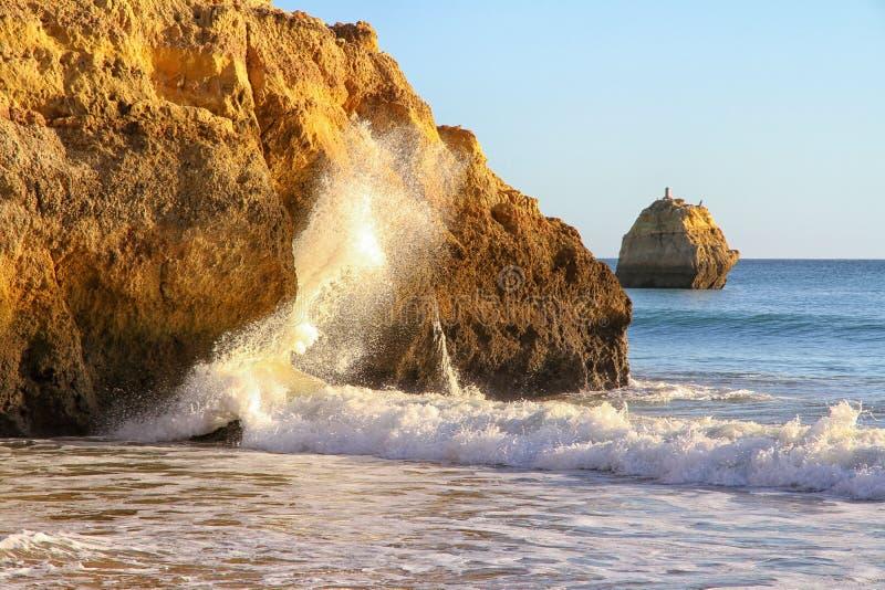 Côte et plage d'Algarve images stock