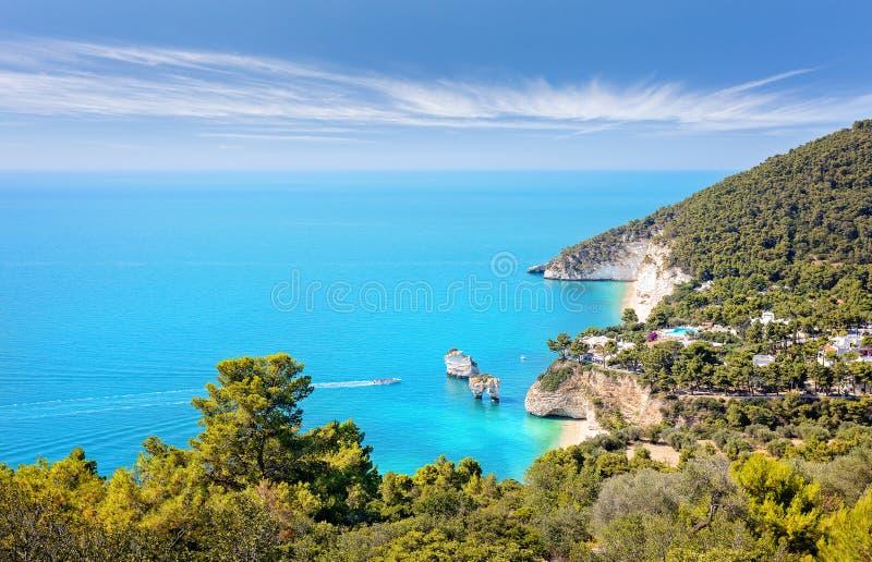 Côte italienne - plage de Zagare de delle de Baia, Di Puglia de Gargano et de Faraglioni photos stock
