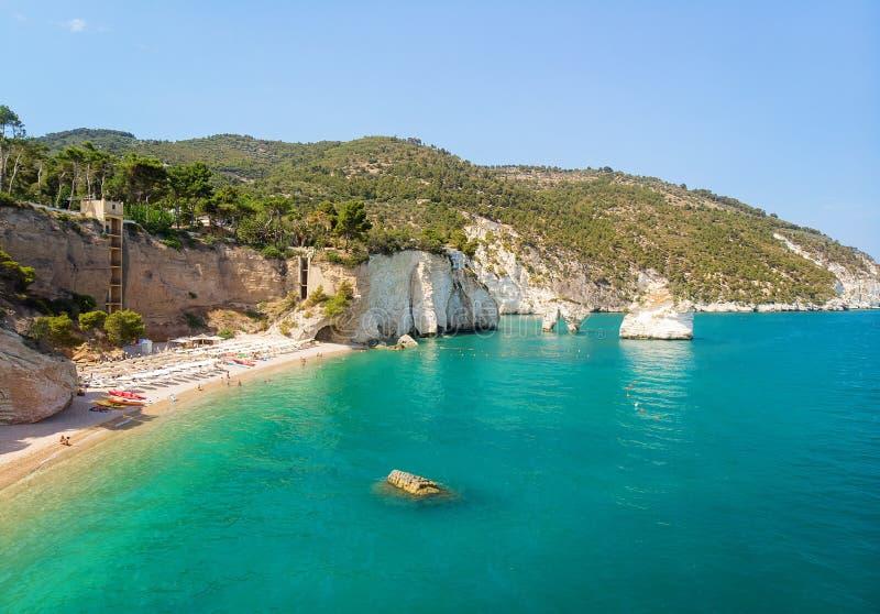 Côte italienne - plage de Zagare de delle de Baia, Di Puglia de Gargano et de Faraglioni images libres de droits