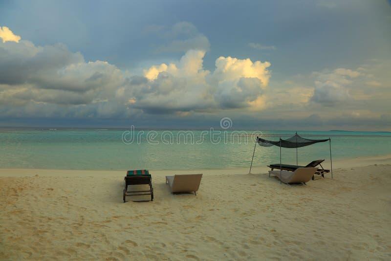 Côte magnifique d'île dans l'Océan Indien Canapés blancs de plage et de soleil de sable L'eau étonnante de turquoise et nuages bl photos stock
