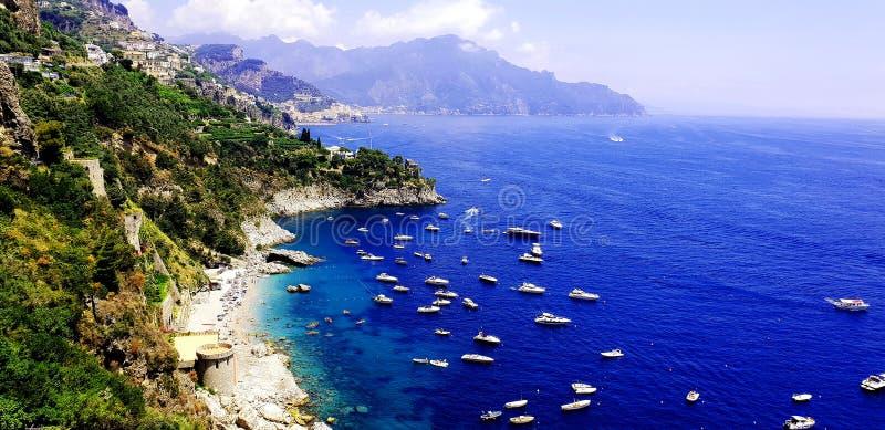 Côte, mer et bateaux d'Amalfi photographie stock