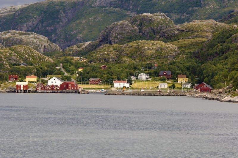 Côte norvégienne avec les maisons colorées images libres de droits