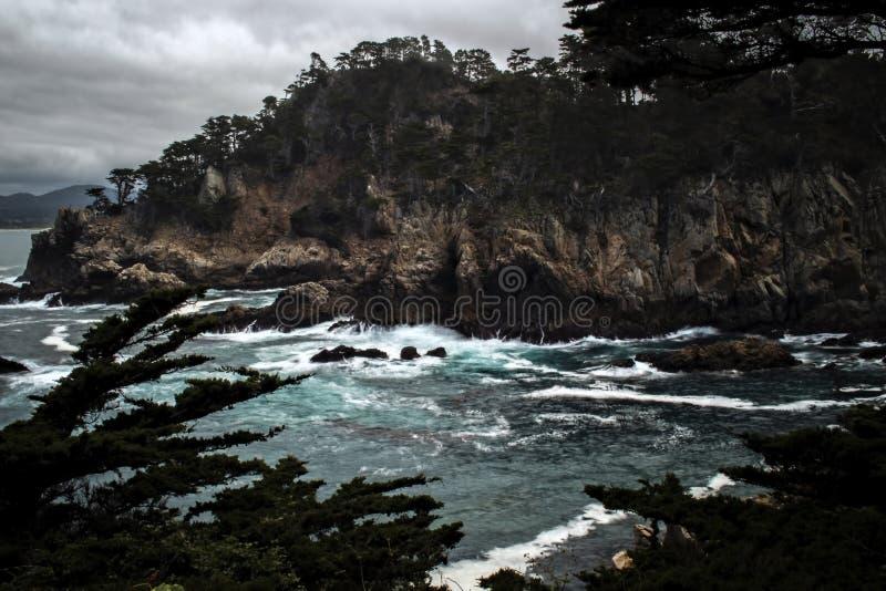 Côte orageuse de la Californie avec l'océan bleu sur Rocky Shore photos stock