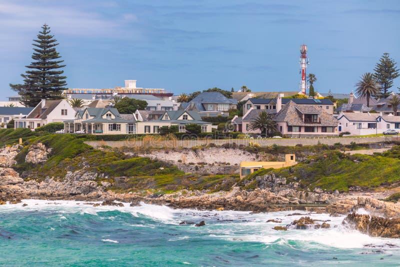 Côte rocheuse d'océan de ville de Hermanus, Afrique du Sud photo libre de droits