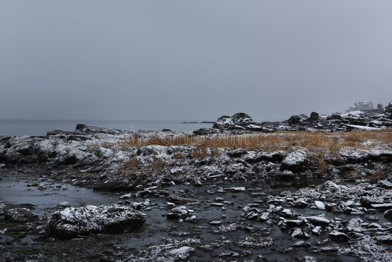 Côte rocheuse de l'Océan Atlantique couvert de neige Hiver sombre l'Océan Atlantique photos libres de droits