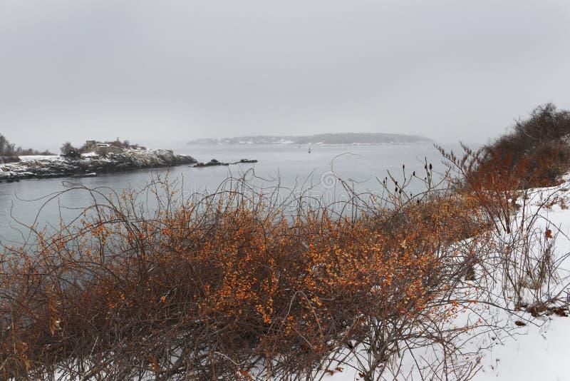 Côte rocheuse de l'Océan Atlantique couvert de neige Hiver sombre l'Océan Atlantique LES Etats-Unis maine image stock